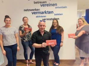 Franziska Kober vom Stadtmarketing mit den Gewinnern - Betty, Sepp & Kerstin Egerer und Tanja Kolb vom Traumtheater